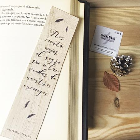 Punto de libro de madera Nos sienta mejor el negro - Double Project