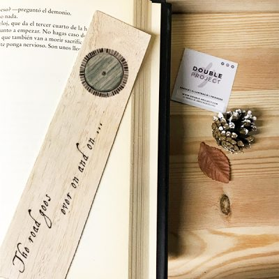"Punto de libro de madera ""The road goes ever on and on"" 