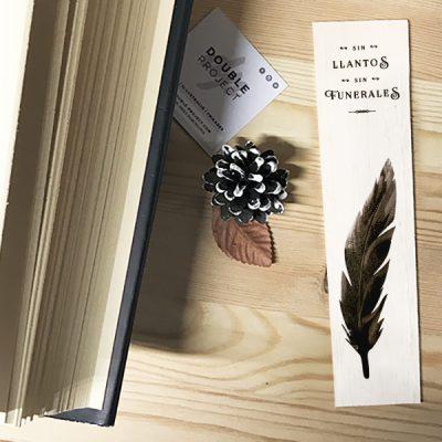 Punto de libro de madera Sin llantos, sin funerales | Double Project